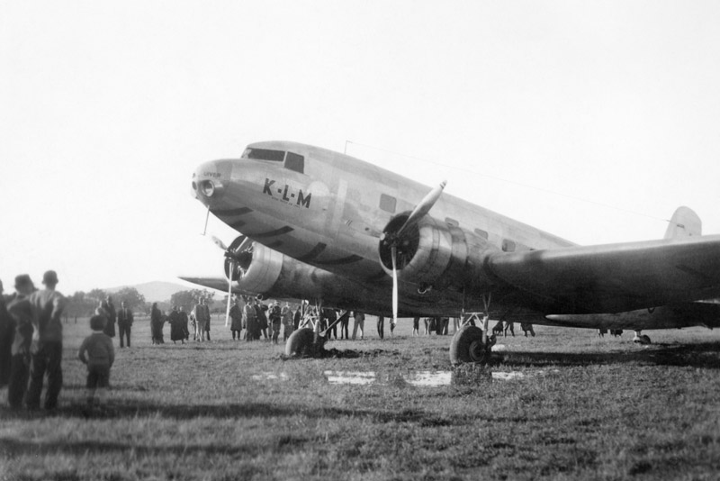 Uiver DC-2 bogged on Albury Racecourse